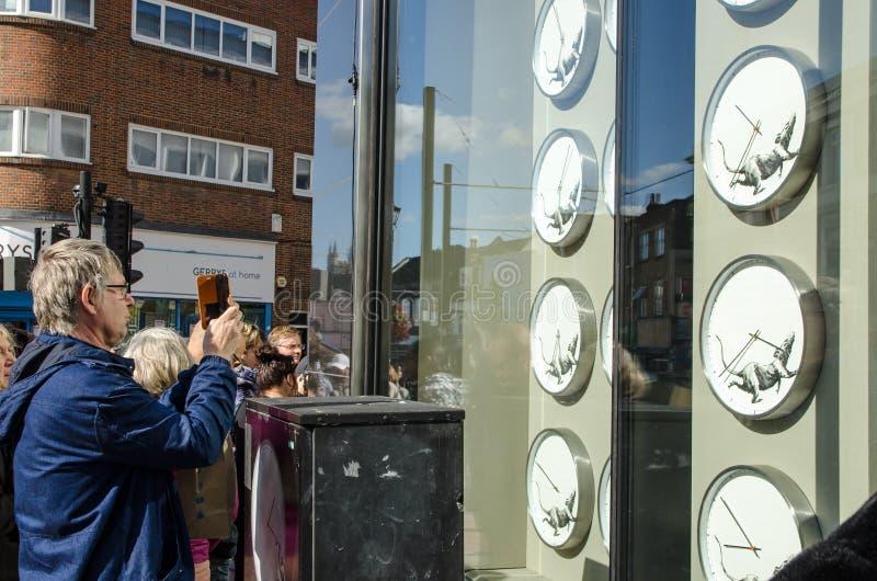 Bezoekers in Banksy shop, Croydon royalty-vrije stock fotografie