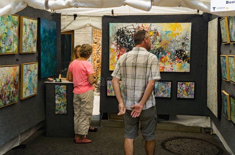 Bezoekers bij de 61ste Jaarlijkse Stoep Art Show, Roanoke, VA royalty-vrije stock fotografie