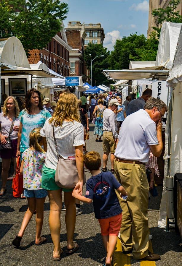 Bezoekers bij de 61ste Jaarlijkse Stoep Art Show, Roanoke, VA stock foto