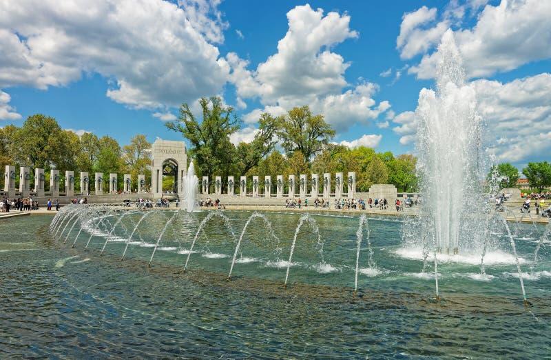 Bezoekers bij het Nationale Wereldoorlog II Herdenkingswashington dc royalty-vrije stock afbeeldingen