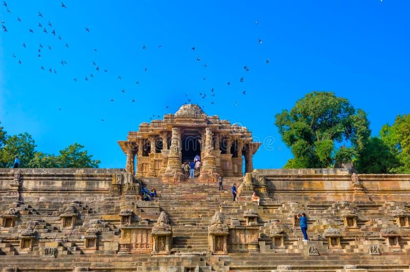 Bezoekers bij Zontempel, Modhera Gujarat royalty-vrije stock foto's