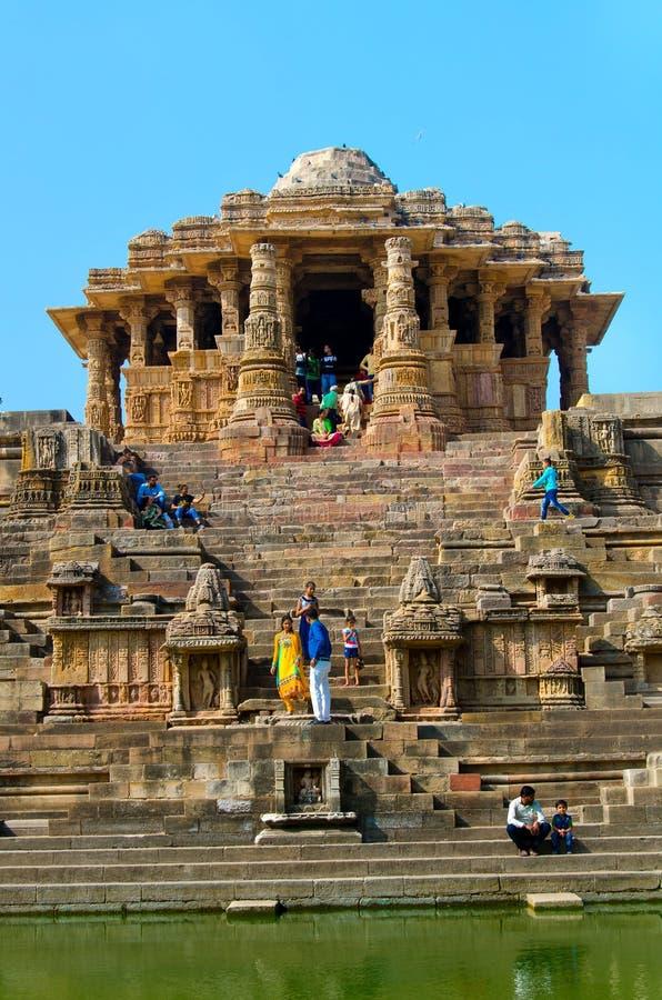 Bezoekers bij Zontempel, Modhera Gujarat stock afbeelding