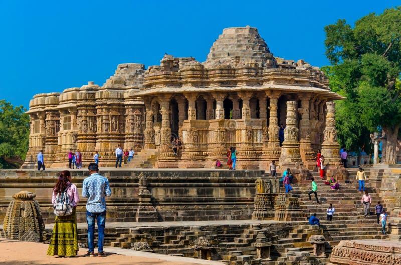 Bezoekers bij Zontempel, Modhera Gujarat royalty-vrije stock fotografie