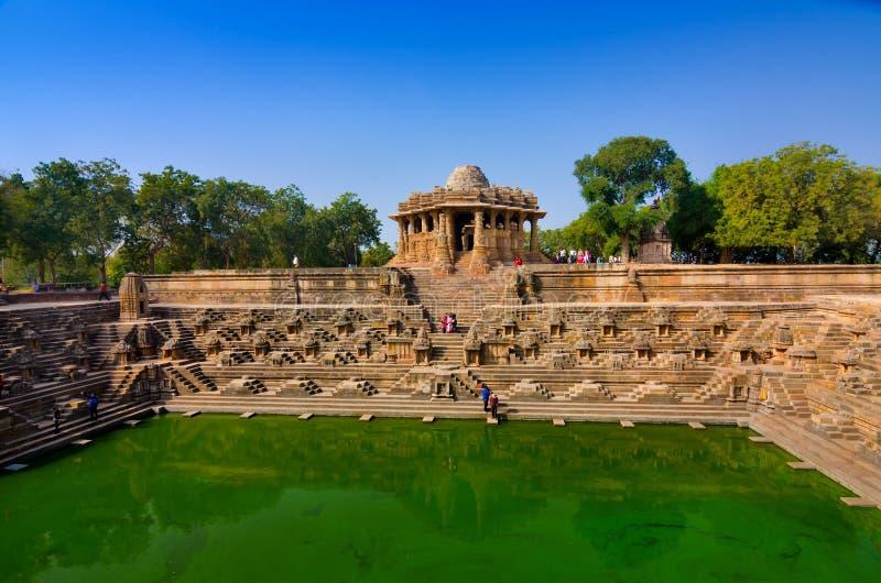 Bezoekers bij Zontempel, Modhera Gujarat stock afbeeldingen