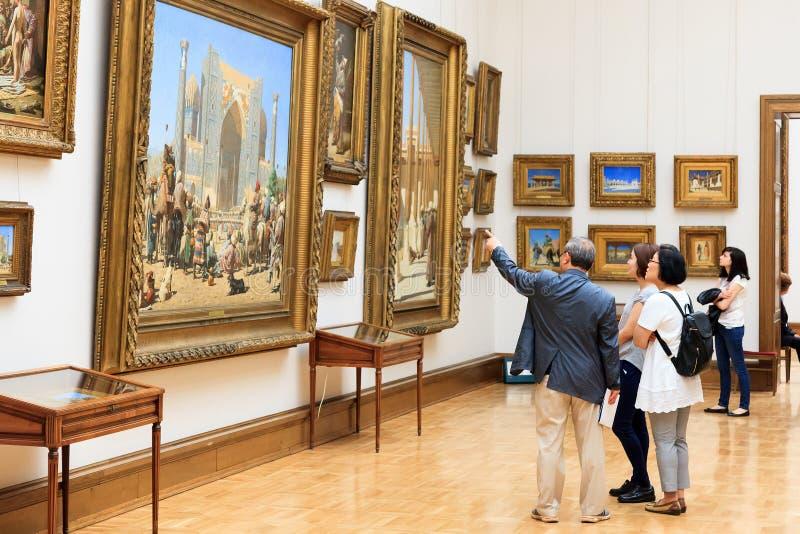 Bezoekers in de Galerij van Tretyakov van de Staat royalty-vrije stock foto