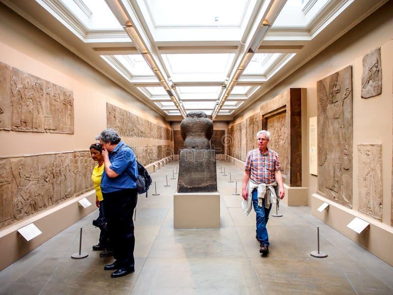 Bezoekers in de kunsttentoonstelling van Assyrian in British Museum stock afbeelding