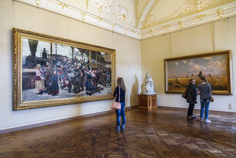 Bezoekers in de zaal van de Russische kunstenaar Konstantin Savitsky en Grigory Myasoedovn in het Russische Museum, St. Petersbur stock foto's