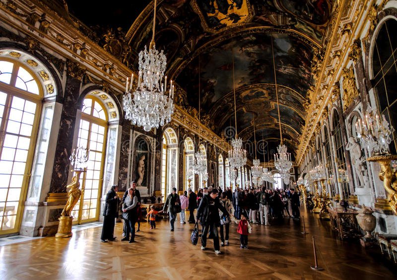 Bezoekers in de zaal van spiegel in het paleis van Versailles royalty-vrije stock afbeeldingen