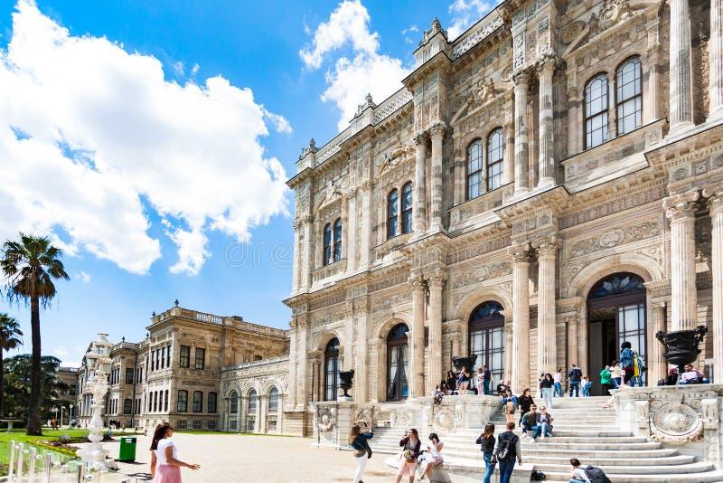 Bezoekers dichtbij Dolmabahce-Paleis in de stad van Istanboel stock foto's