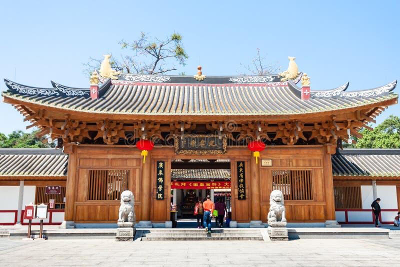 Bezoekers dichtbij Guangxiao-Tempel in Guangzhou royalty-vrije stock foto