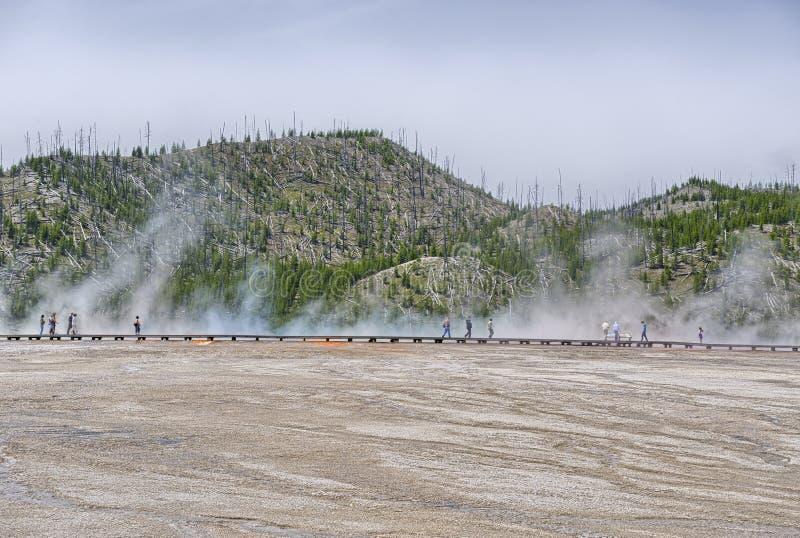 Bezoekers die de Grote Prismatische Lente onderzoeken stock fotografie