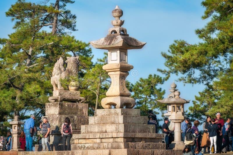 Bezoekers die de parkgronden enjoing bij Miyajima-Eiland, Japan stock afbeelding
