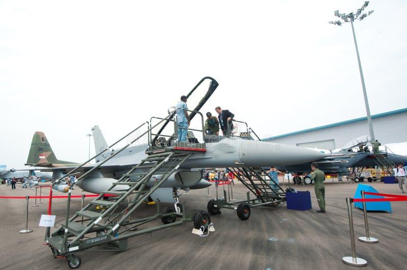Bezoekers die een vechtersstraal uitproberen in Singapore Airshow 2014 stock foto