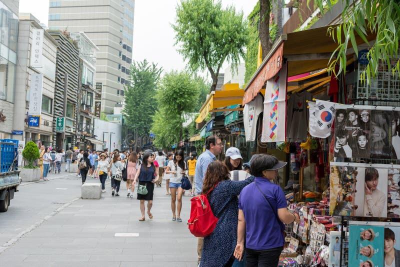 Bezoekers die herinneringen kopen bij Insadong-Straat in Seoel, Zuid-Korea stock foto's