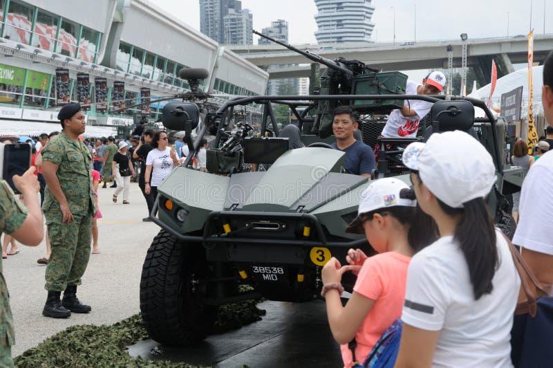 Bezoekers die het Lichte Stakingsvoertuig Mark II onderzoeken bij Legeropendeurdag 2017 in Singapore royalty-vrije stock afbeelding