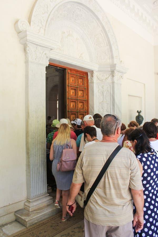 Bezoekers die het paleis ingaan stock foto
