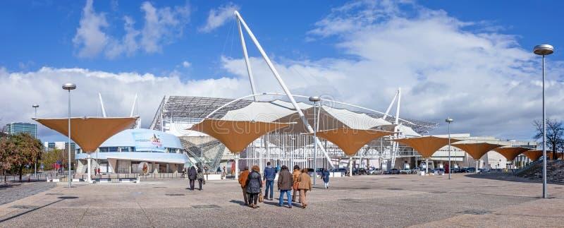 Bezoekers die naar een tentoonstelling in FIL gaan (Feira Internacional DE Lissabon/Internationale Markt van Lissabon) royalty-vrije stock afbeelding