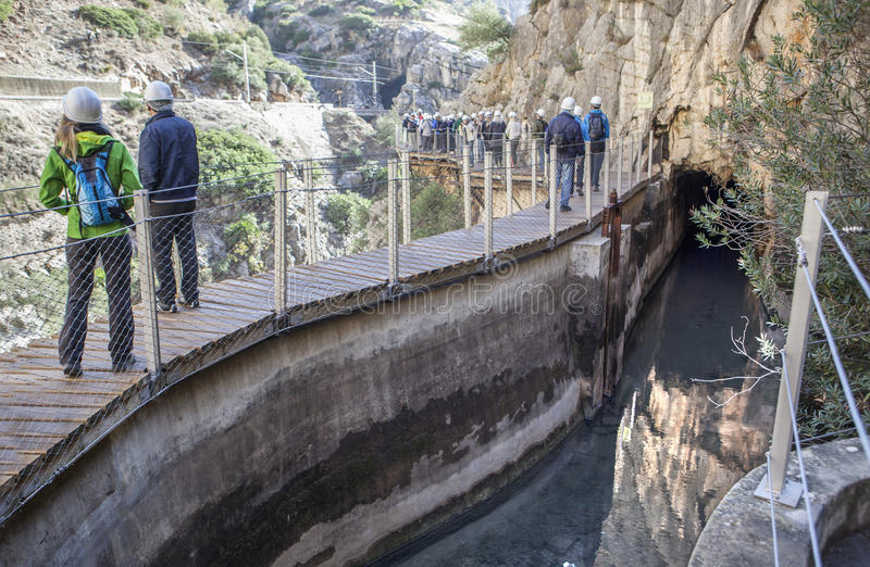 Bezoekers die naast het irrigatiekanaal lopen langs Caminito del royalty-vrije stock afbeelding