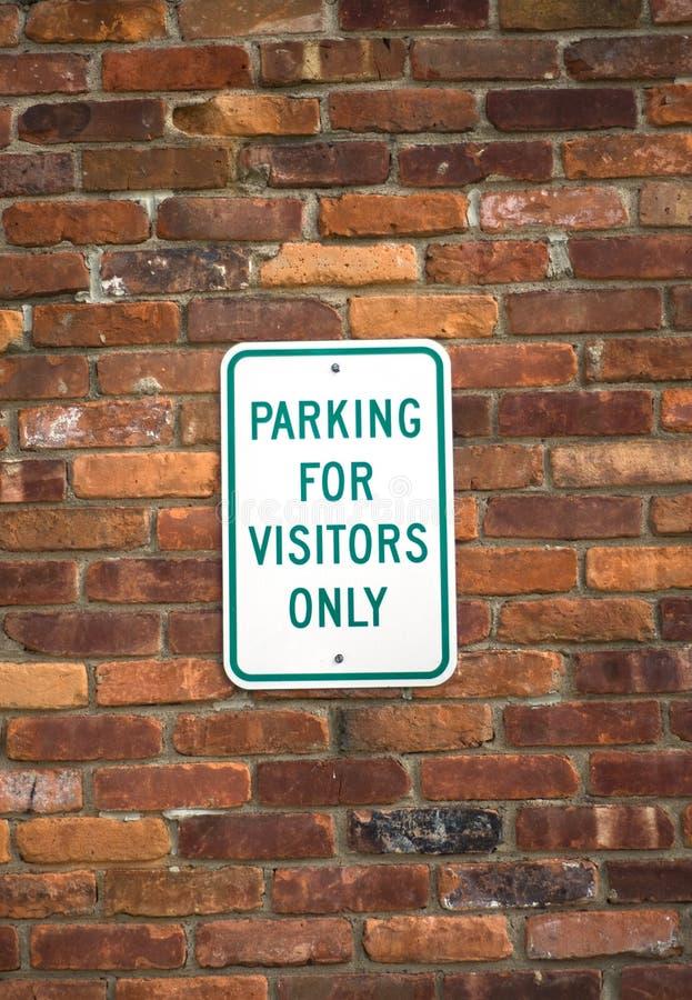 Bezoekers die teken parkeren stock foto's