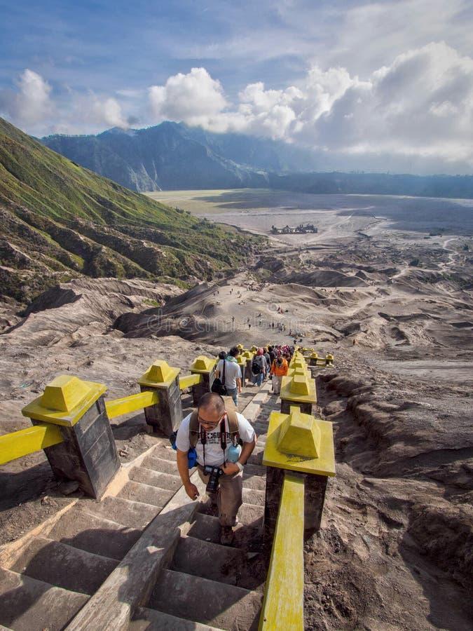 Bezoekers die Treden beklimmen aan de Rand van de Vulkaan van Gunung Bromo stock foto's