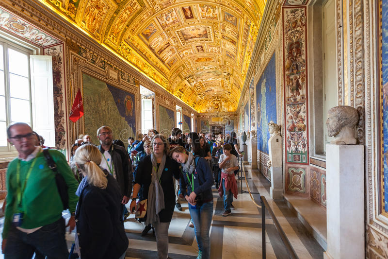 Bezoekers in Galerij van Kaarten in de musea van Vatikaan stock foto's
