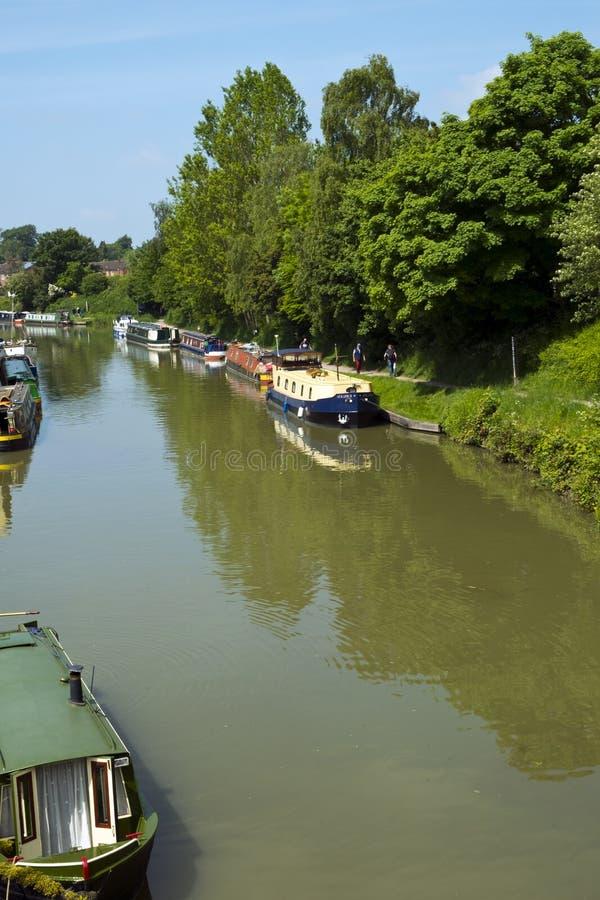 Bezoekers genieten vrijetijdsactiviteiten op en naast het Kennet en het Avon Canal in Devizes stock afbeeldingen