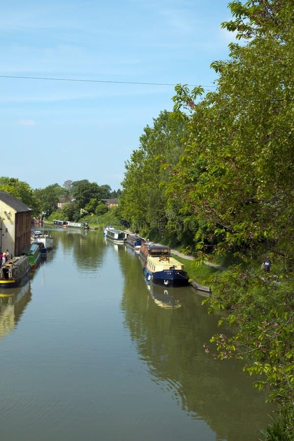 Bezoekers genieten vrijetijdsactiviteiten op en naast het Kennet en het Avon Canal in Devizes stock fotografie