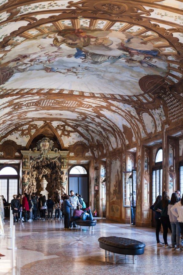 Bezoekers in Hertogelijk Paleismuseum in Mantua stock fotografie