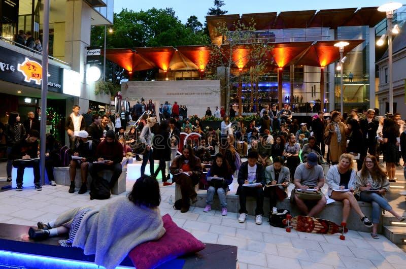 Bezoekers in Khartoum Place in Auckland CBD Nieuw Zeeland stock foto's