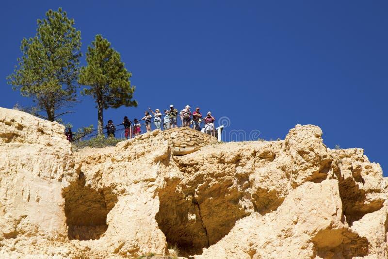 Bezoekers op het Zonsopgangpunt in Bryce Canyon National Park in Utah royalty-vrije stock foto
