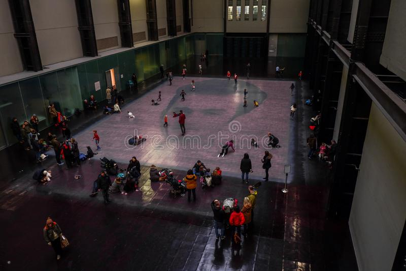 Bezoekers in Tate Modern Gallery stock fotografie