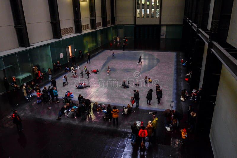 Bezoekers in Tate Modern Gallery royalty-vrije stock fotografie