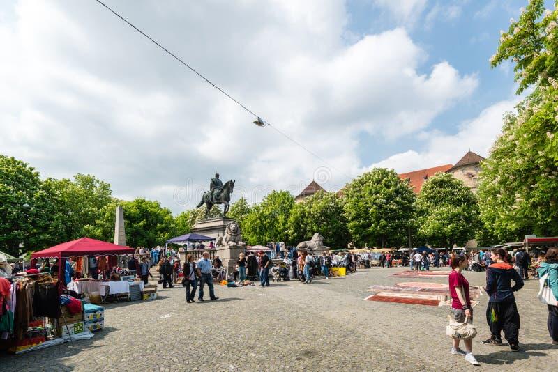 Bezoekers van de beroemde vlooienmarkt van Stuttgart stock foto's