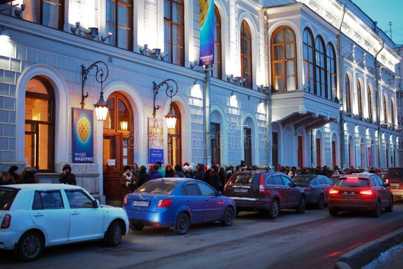 Bezoekers van de tentoonstelling die van Frida Kahlo in een lijn in St. Petersburg wachten royalty-vrije stock afbeeldingen