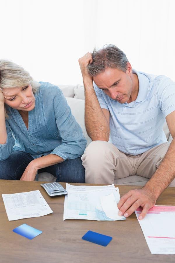 Bezorgd paar die over rekeningen gaan royalty-vrije stock afbeeldingen