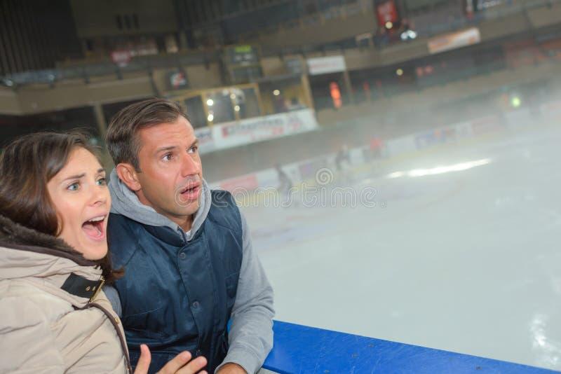 Bezorgd paar het letten op spel op ijs royalty-vrije stock foto