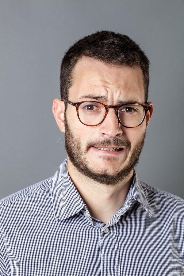 Bezorgde gebaarde ondernemer die voor bedrijfsspanning en bezorgdheid fronsen stock foto