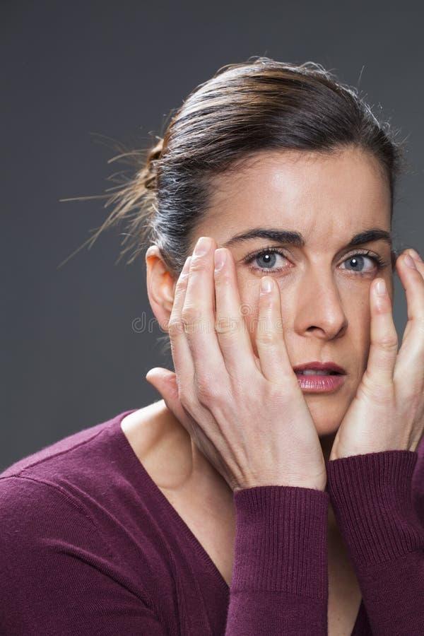 Bezorgde jonge donkerbruine vrouw die droevig kijken royalty-vrije stock foto