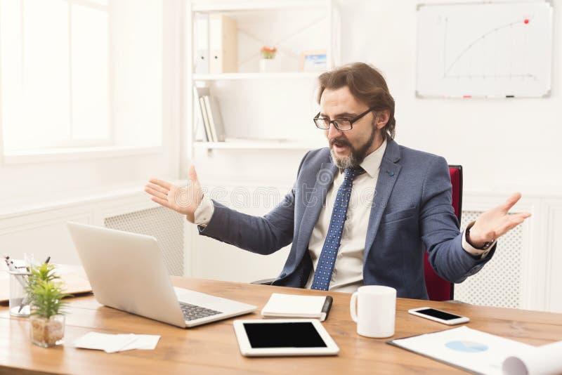 Bezorgde zakenman die in kostuum laptop het scherm bekijken royalty-vrije stock foto's