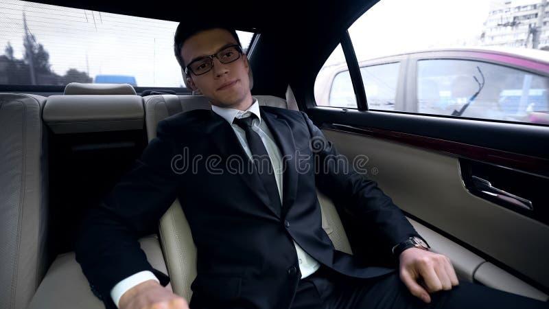 Bezorgde zakenman ontbrekende vergadering, tijdbeheer, opstopping in megalopolis royalty-vrije stock afbeelding