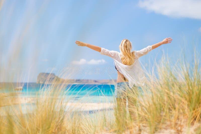 Bezpłatna Szczęśliwa kobieta Cieszy się słońce na wakacjach zdjęcie stock