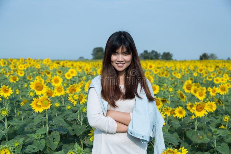 Bezpłatna szczęśliwa młoda kobieta cieszy się naturę plenerowa piękno dziewczyna Smi zdjęcia stock