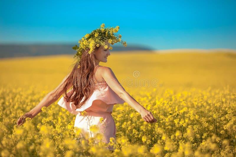 Bezpłatna szczęśliwa młoda kobieta w gwałta śródpolnym cieszy się życiu Ładny brune zdjęcia royalty free