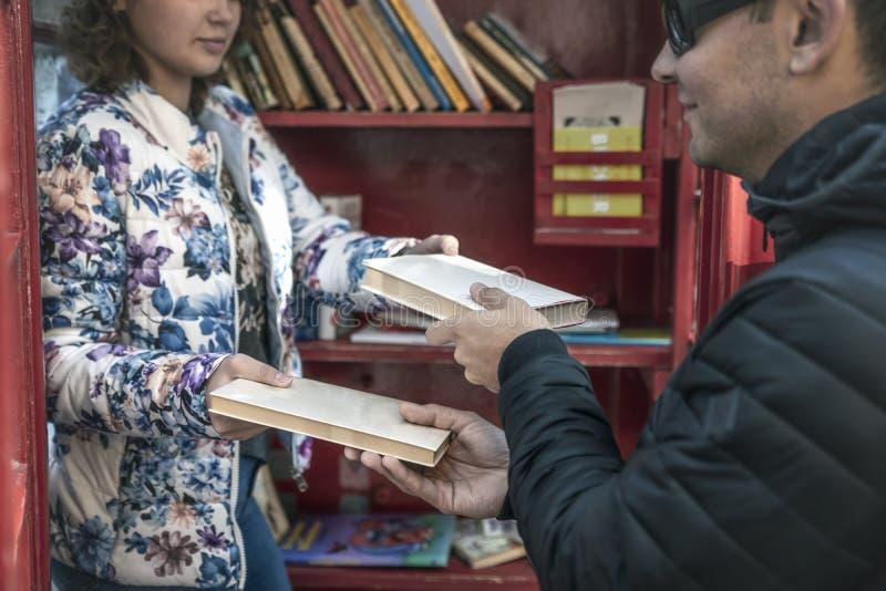 Bezpłatna wymiana książki w czerwonych Angielskich telefonicznych booths w niemiec zdjęcie royalty free