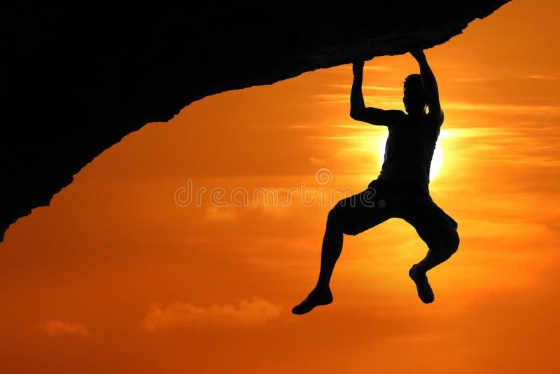 Bezpłatny pięcie na górze przy czerwonym niebo zmierzchu tłem zdjęcia stock