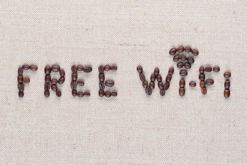 Bezpłatny wifi znak robić od kawowych fasoli na linea tle, strzału odgórny widok zamknięty w górę, wyrównujący centrum fotografia stock