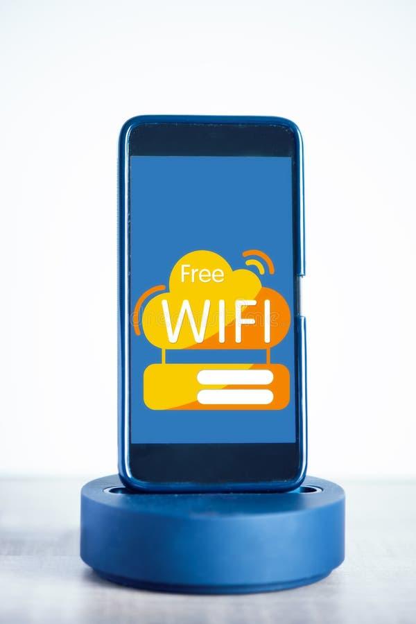 Bezp?atny wifi zwi?zek na telefonu kom?rkowego ekranie Internetowy i telekomunikacyjny technologii poj?cie zdjęcie stock