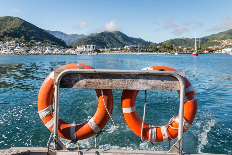 Bezpieczeństwo pociesza na łódkowatym opuszcza Picton schronieniu w Nowa Zelandia obrazy stock
