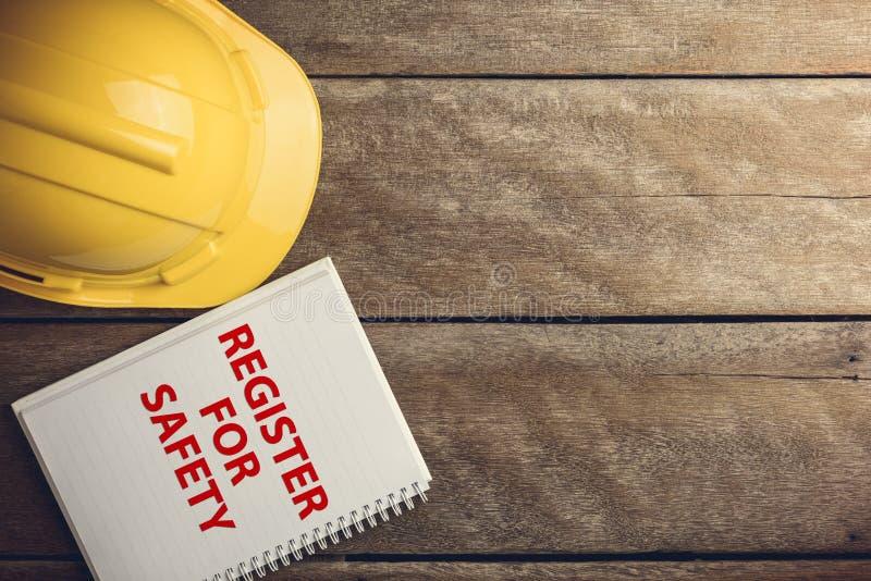 Bezpieczeństwo rejestr z hełmem na drewnianym fotografia royalty free