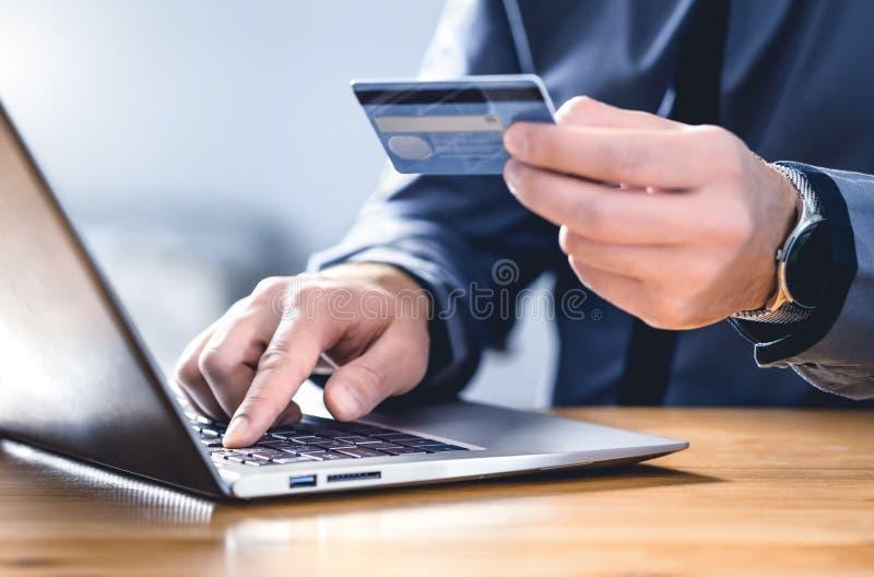 Bezpieczne płatności online i zabezpieczenia elektronicznego przekazu pieniężnego Zapłać za technologię cyfrową Mężczyzna używają fotografia royalty free